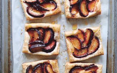 Tarte aux prunes, miel et poivre : simple et délicieuse